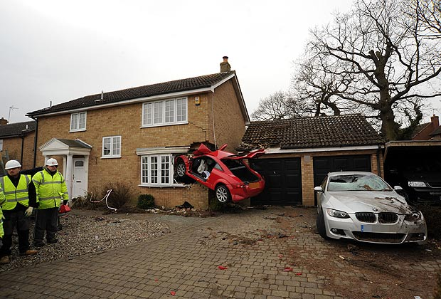 Red Audi TT that crashed into a house in uk-6