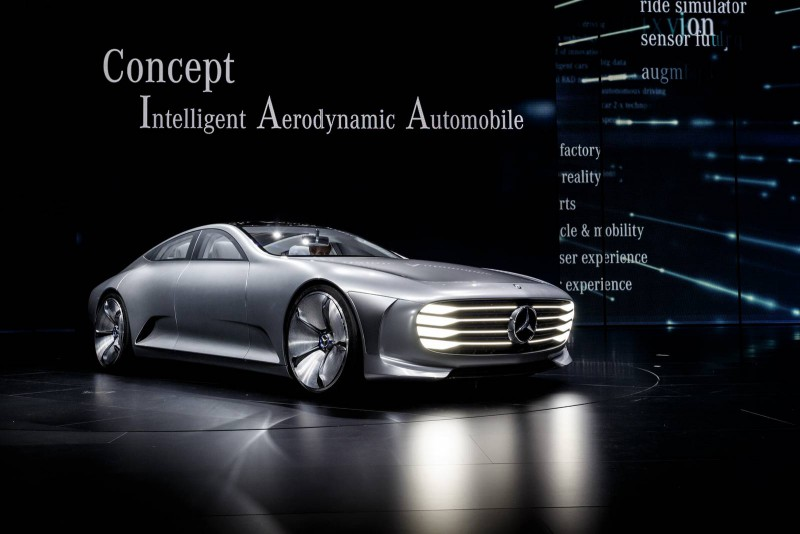 Das Mercedes-Benz Concept IAA (Intelligent Aerodynamic Automobile) ist zwei Autos in einem: Aerodynamik-Weltrekordler mit einem cw-Wert von 0,19 und viertüriges Coupé mit faszinierendem Design. Die Studie, die auf der IAA in Frankfurt ihre Weltpremiere erlebt, schaltet ab einer Geschwindigkeit von 80 km/h automatisch vom Design-Modus in den Aerodynamik-Modus und verändert durch zahlreiche aktive Aerodynamik-Maßnahmen ihre Gestalt. The Mercedes-Benz Concept IAA (Intelligent Aerodynamic Automobile) is two cars in one – an aerodynamic world record holder with a cd figure of 0.19 and a four-door coupé with a fascinating design. The study, which will be premiered at the IAA in Frankfurt, automatically switches from Design mode into Aerodynamic mode upwards of 80 km/h, altering its form with a large number of active aerodynamic measures.